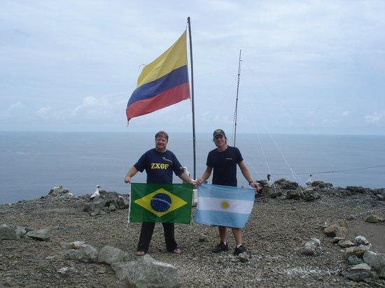 Malpelo Fauna and Flora Sanctuary: Em Malpelo Colombia com a bandeira do Brasil