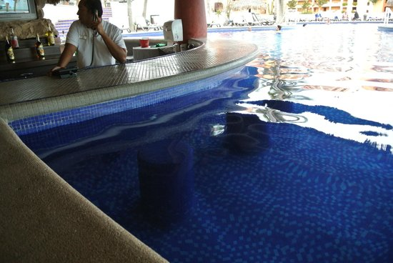 Sandos Finisterra Los Cabos: Agave swim up bar and eatery