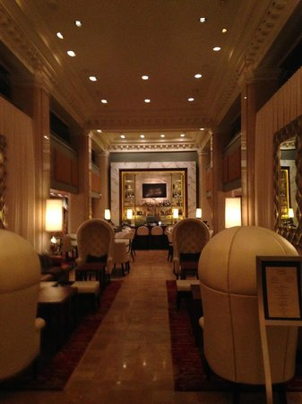 Ambassador Hotel Kansas City, Autograph Collection : view toward the bar