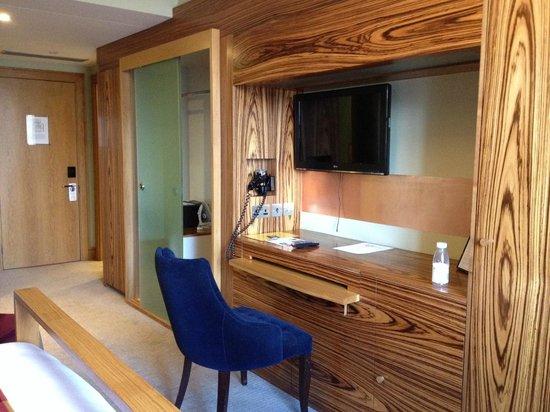Hotel Megaro: Desk tv and wardrobe