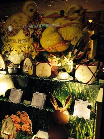 Café Sacher Wien: Sacher Easter vitrine
