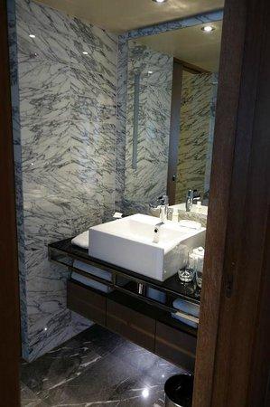 The Hari: bathroom