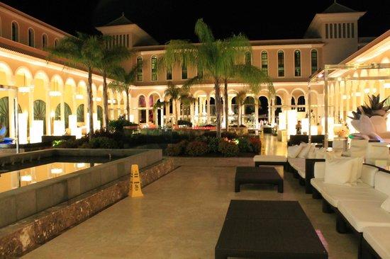 Gran Melia Palacio de Isora Resort & Spa: Inner square with the restaurants surrounding it