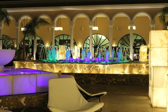 Gran Melia Palacio de Isora Resort & Spa : The fountains which dance to music at night
