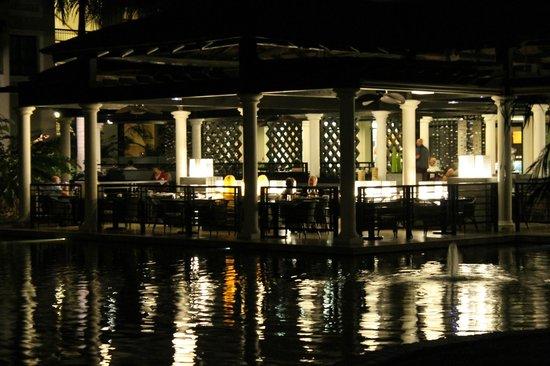 Gran Melia Palacio de Isora Resort & Spa : View across the fish pond to the restaurant