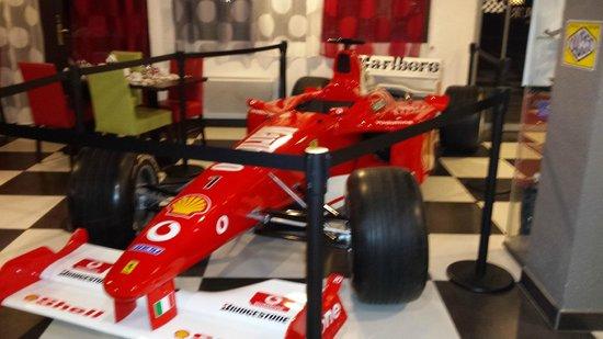 Kyriad Design Enzo Cannes-Ecluse : Ferrari exposée dans le lobby.