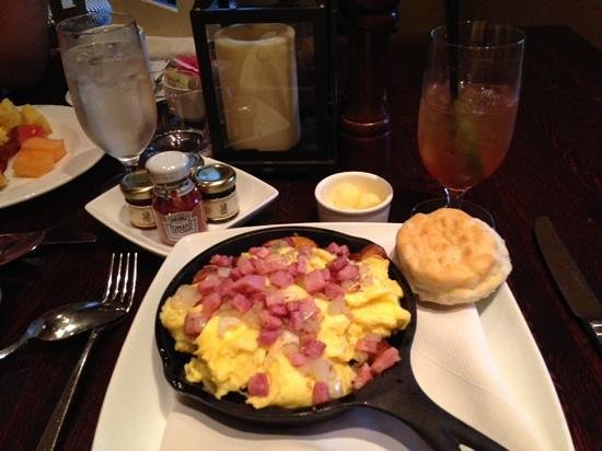 The Ritz-Carlton Reynolds, Lake Oconee: Breakfast at Georgia's. Breakfast skillet did not disappoint. They also have a breakfast buffet.
