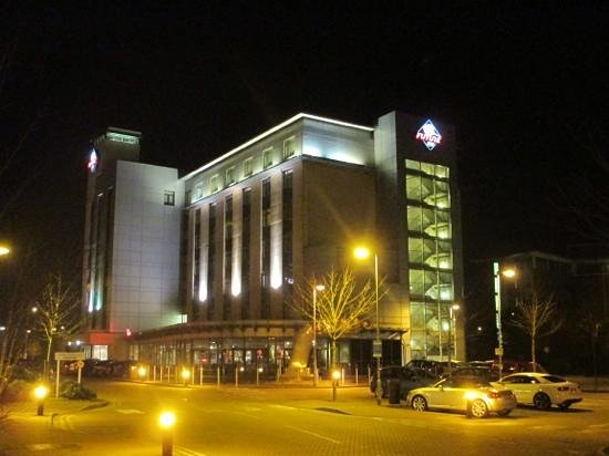 Future Inn Cardiff Bay: Hotel at night.
