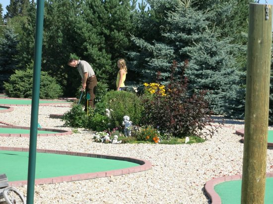 Summerland Leisure Park: Mini Golf  Great place to challenge your co