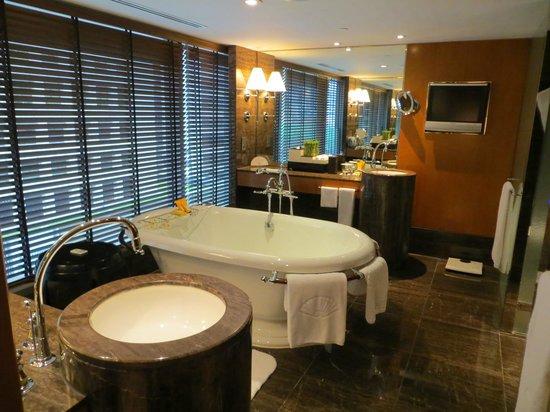 Mandarin Oriental, Hong Kong: The bathroom