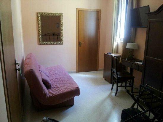 B&B Sorella Luna : lato divano, tavolinetto con tv e minibar