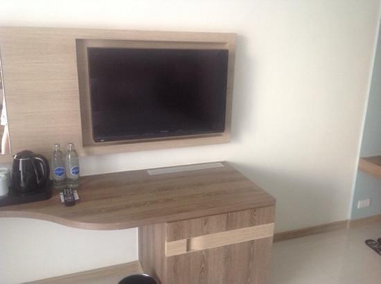 Holiday Inn Express Phuket Patong Beach Central: flat screen TV