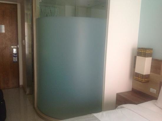 Holiday Inn Express Phuket Patong Beach Central: external view of glass shower partition