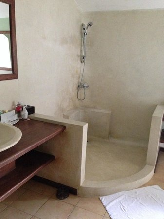 La Palmeraie d'Angkor : douche de la salle de bain ouverte sur l'exterieur