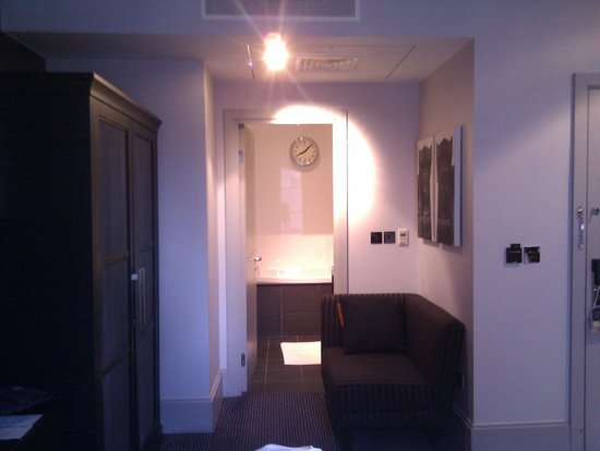 Malmaison Liverpool: room & doorway into bathroom