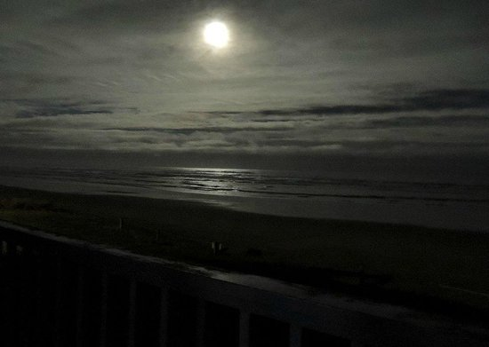 Surfside Resort : Moon over waves from the balcony.