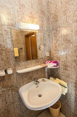Hotel Zum Goldenen Fässchen: Bad eines Doppelzimmers