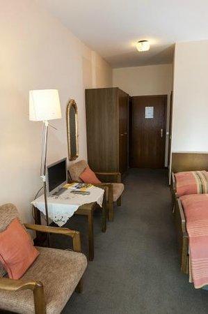 Hotel Zum Goldenen Fasschen: geräumiges Doppelzimmer mit Balkon, Twin-Betten und Schlafsofa