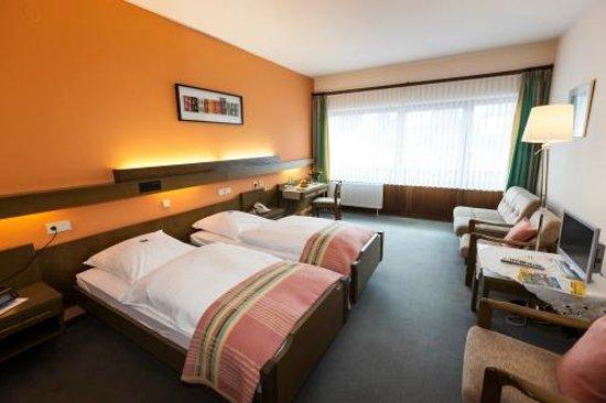 Hotel Zum Goldenen Fässchen: geräumiges Doppelzimmer mit Balkon, Twin-Betten und Schlafsofa