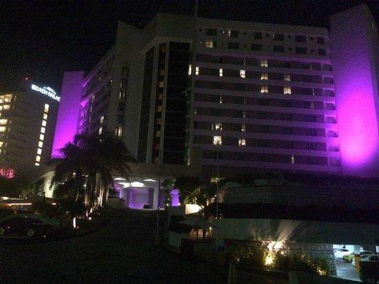 ME Cancun : Vista noturna da entrada do hotel