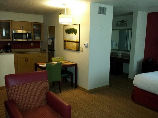 Residence Inn Philadelphia Willow Grove: Room/kitchen