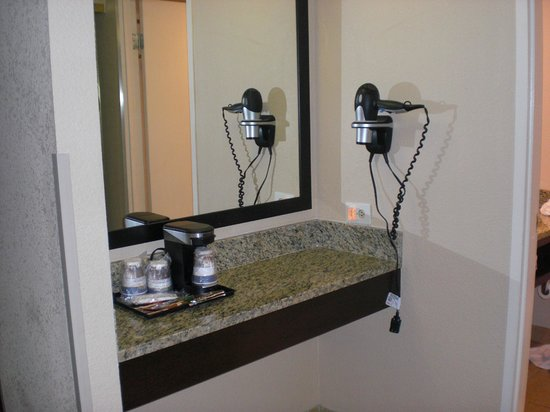 Best Western Lake Buena Vista - Disney Springs Resort Area: Counter outside bathroom
