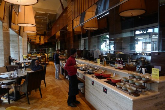 Hilton Chennai: Breakfast Restaurant