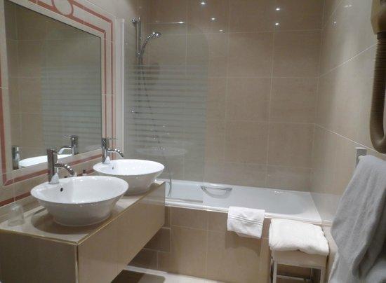 BEST WESTERN Le Grand Monarque : la salle de bains
