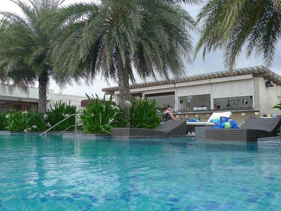 Hilton Chennai: Roof top pool and restaurant / bar