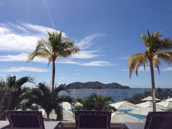 Azul Ixtapa Grand Spa & Convention Center : A view of Ixtapa Island from pool side