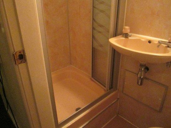 Adare Hotel: The bathroom