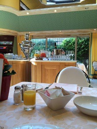 Villa Principe Leopoldo: Завтрак с самоваром)