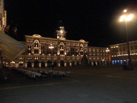 Piazza dell'Unita d'Italia: di sera