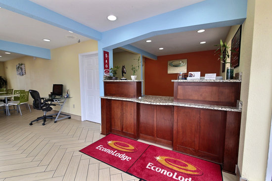 Econo Lodge Near Norfolk State University: Front Lobby