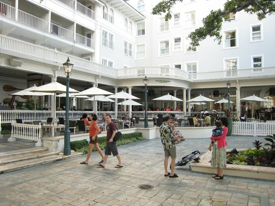 Moana Surfrider, A Westin Resort & Spa : The courtyard, swimming pool