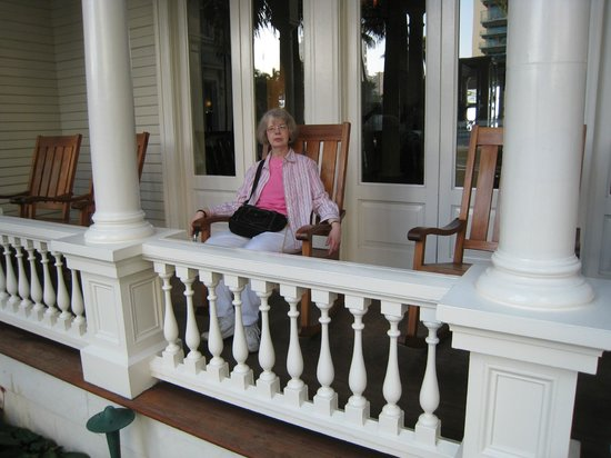 Moana Surfrider, A Westin Resort & Spa: The rocking chairs front