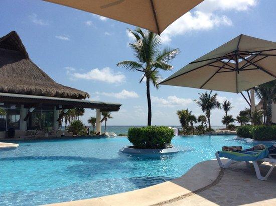 Kore Tulum Retreat and Spa Resort: Pool and swim up bar!   HEY MARCO! mango tango por favor