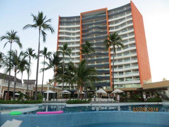 Sunset Plaza Beach Resort & Spa: Back of hotel from pool area