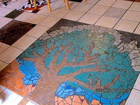 Bean Trees Cafe: mosaic artwork in the tile floor