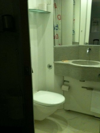 Hotel CABINN Scandinavia : Baño minúsculo