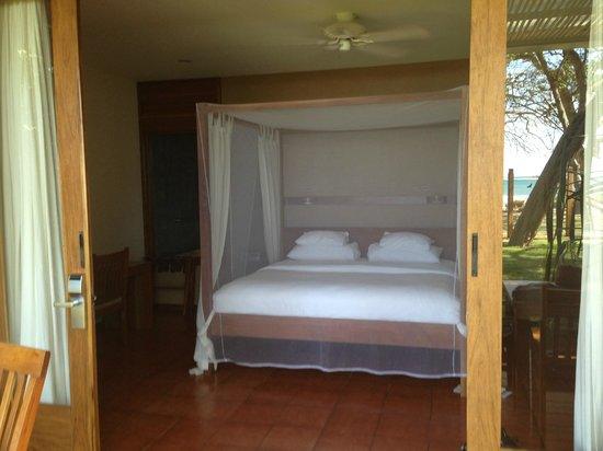 Hotel Capitan Suizo: beachhouse bed