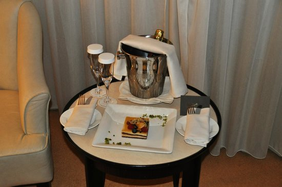 Hotel du Collectionneur : Cake and champagne