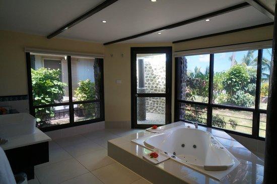 Mana Island Resort : Bathroom with jetted tub