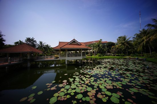 Sofitel Angkor Phokeethra Golf and Spa Resort : 池の東屋