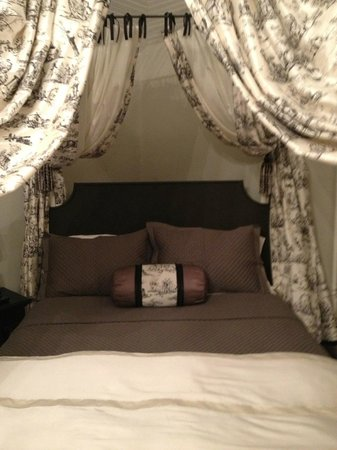 The Twelve Oaks Bed & Breakfast: Romantic bed