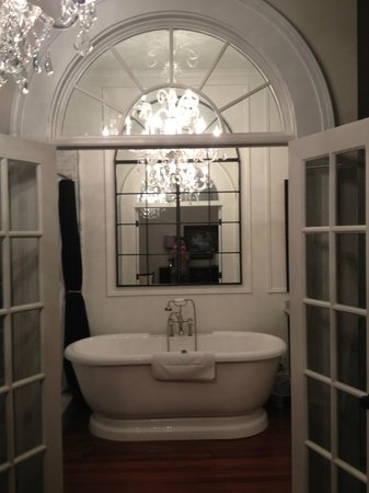The Twelve Oaks Bed & Breakfast: Stunning chandelier in bathroom!