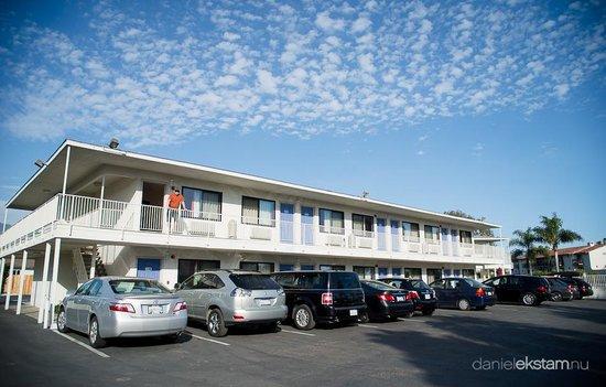 Motel 6 Santa Barbara - Beach: Parkering framför rummen.