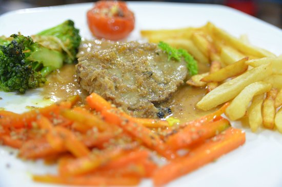 Restaurant Trattoria - La Terrasse: Miam ! Our roasted pork with french fries and vegetables...