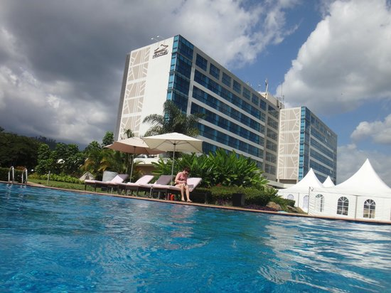 Mount Meru Hotel: View from the pool, towards hotel