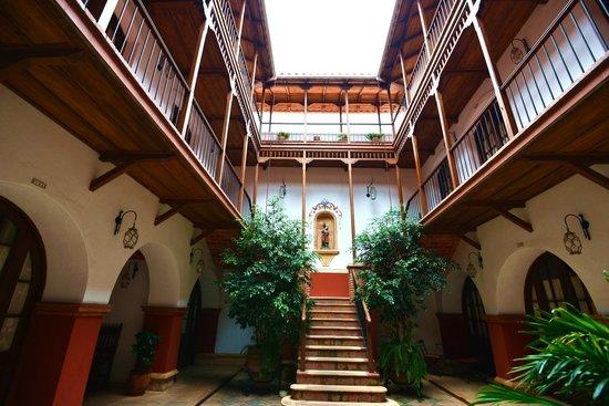 Parador Santa Maria la Real: 階段を左に行くとエレベーター